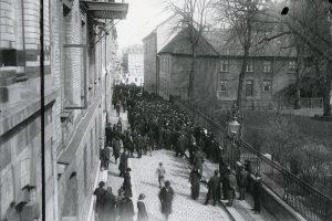 Människor demonstrerar utmed Köpmansgatan i april 1917.
