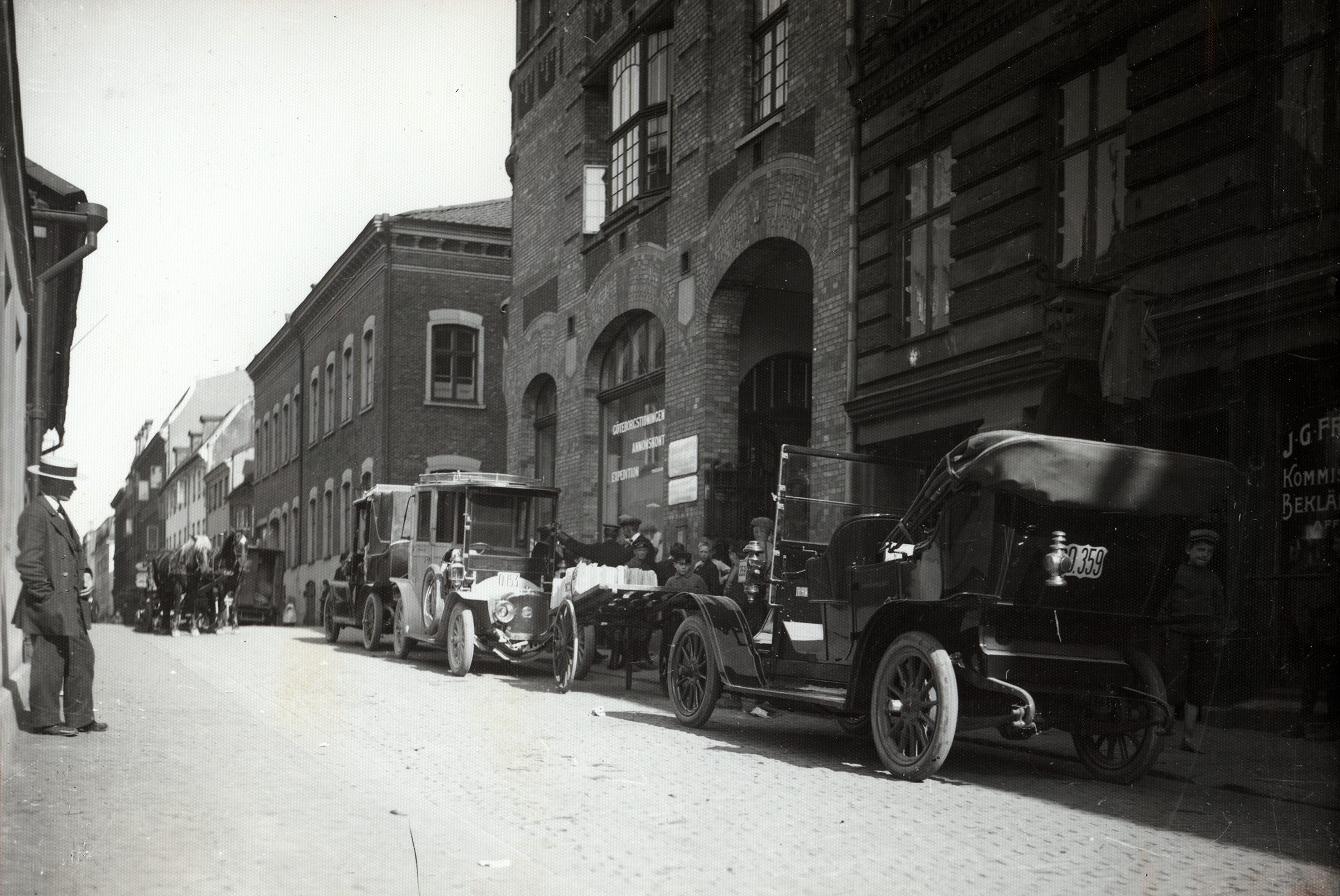 Bilar står parkerade utmed Postgatan år 1914.