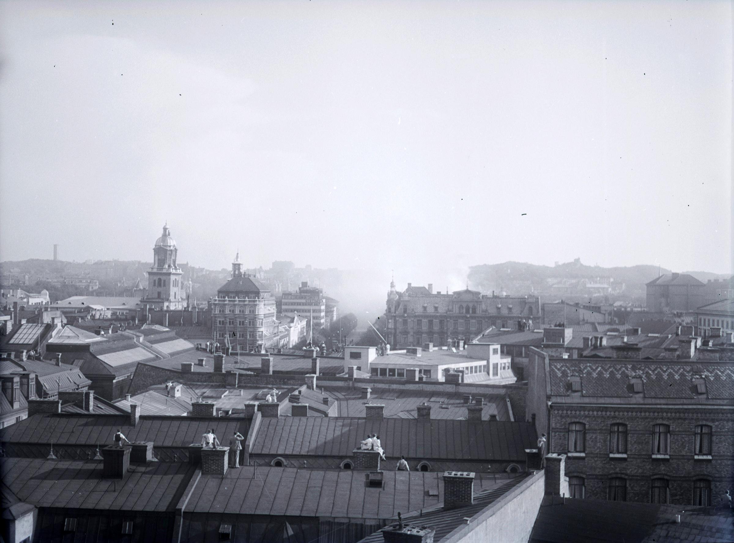 Utsikt över hustak i Västra Nordstan den 26 augusti 1937. Längre bort skymtar rök från en brand.