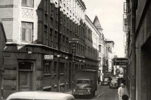 Bilar och människor utmed Postgatan i mars 1960.