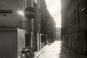 Cykel står parkerad mot en husvägg på Nedre Kvarnbergsgatan år 1958.
