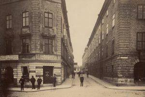 Flera personer står vid Korsningen Smedjegatan - Norra Hamngatan och kollar in i kameran år 1888.