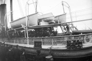 Emigrantångaren Rollo lämnar Packhuskajen fylld med passagerare år 1902.